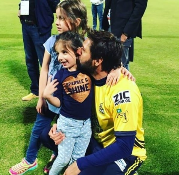 Adorable Video Of Shahid Afridi With His Little Daughter