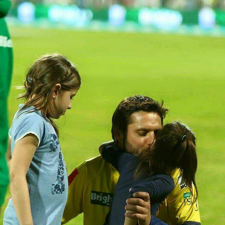 Cricket Afridi With Cute Daughters 11332