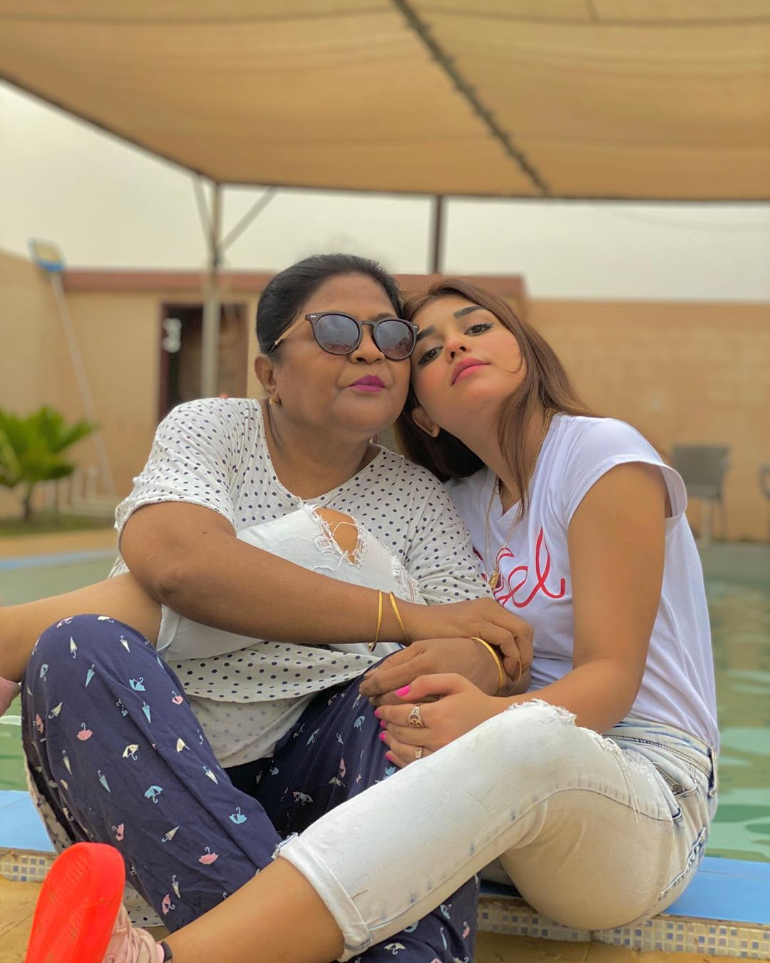 Actress Anumta Qureshi Latest Pictures with her Friends and Family
