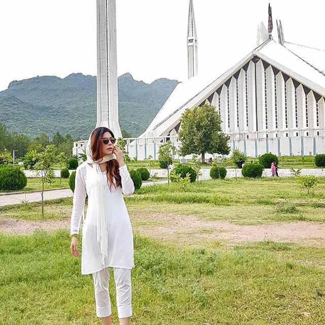 Eshal Fayyaz Criticized For Her Pictures In Mosque