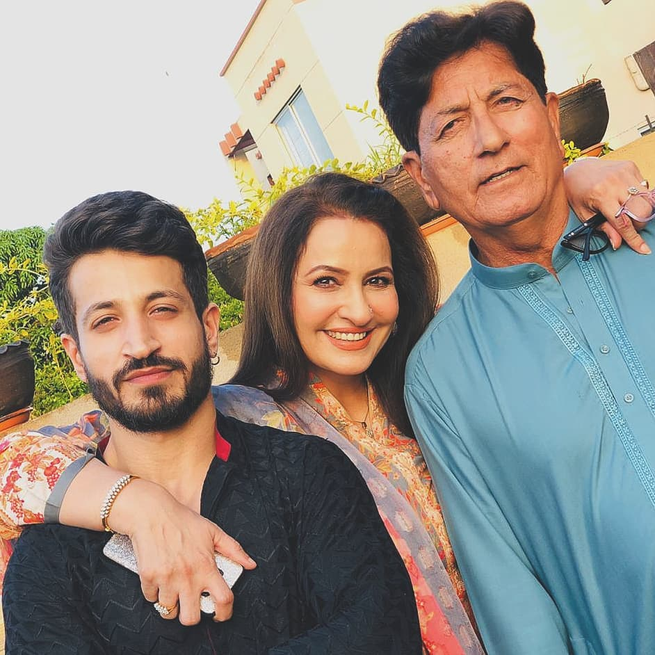 Here Are Happy Pictures Of Saba Faisal With Her Family 18
