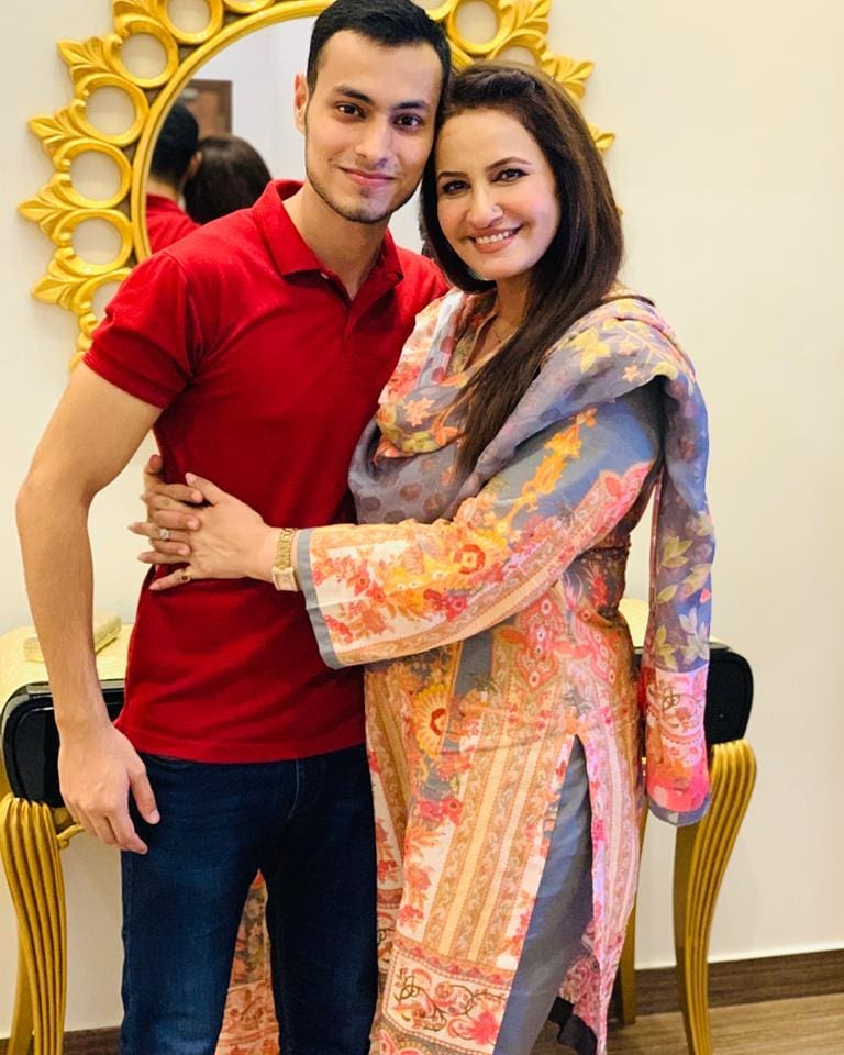 Here Are Happy Pictures Of Saba Faisal With Her Family 7