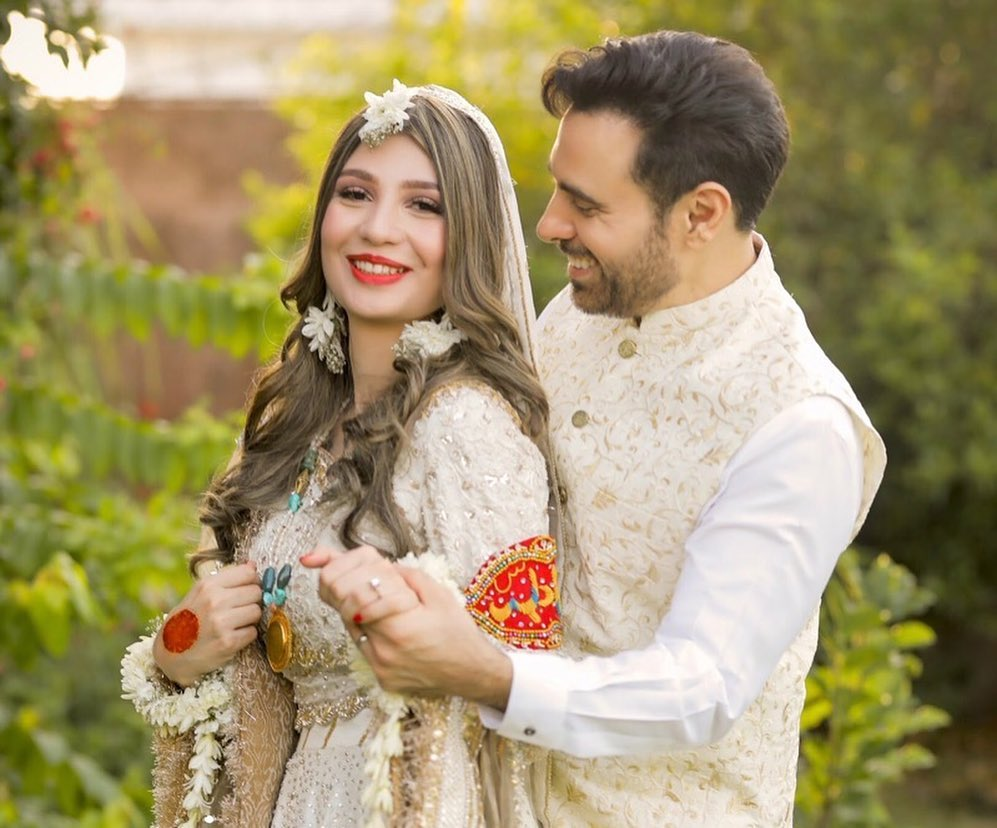 Stunning Eid Pictures Of Haroon Rashid With Wife 22