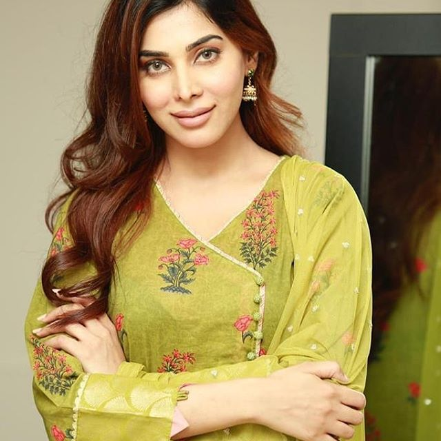 Eshal Fayyaz Looks Gorgeous In Lilac Top