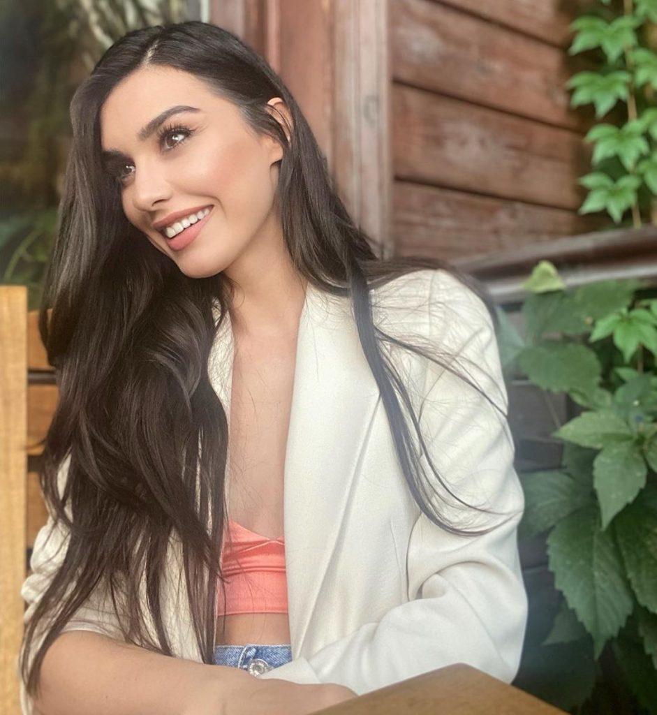 Burcu Kirtali All Glammed Up For Ali Xeeshan Theater Studio