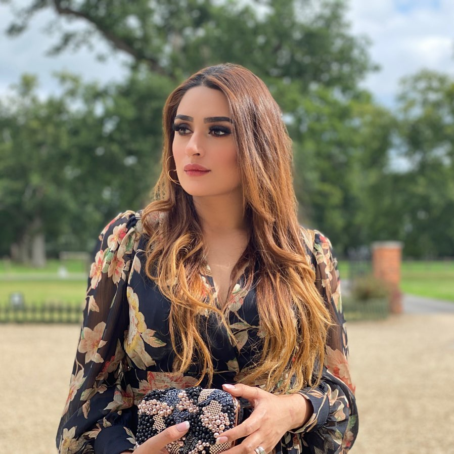Gorgeous Kubra Khan Pictures with her Sister in London