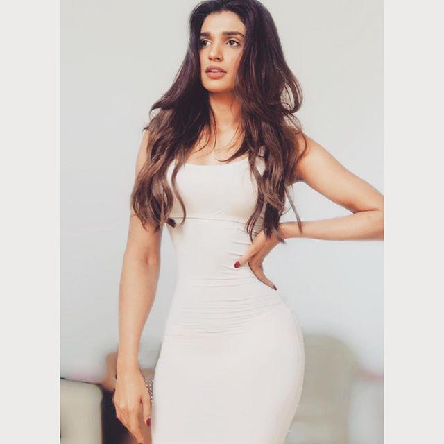Amna Ilyas Hilariously Takes A Dig At Ayeza Khans Fairness Cream Ad 2