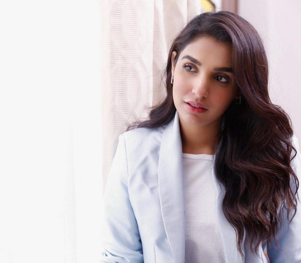 Amna Ilyas Hilariously Takes A Dig At Ayeza Khans Fairness Cream Ad 5