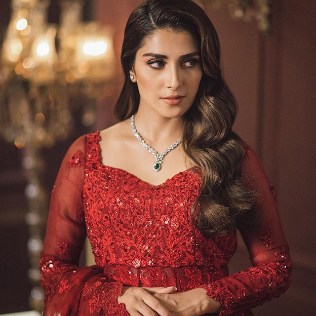 Amna Ilyas Hilariously Takes A Dig At Ayeza Khan's Fairness Cream Ad