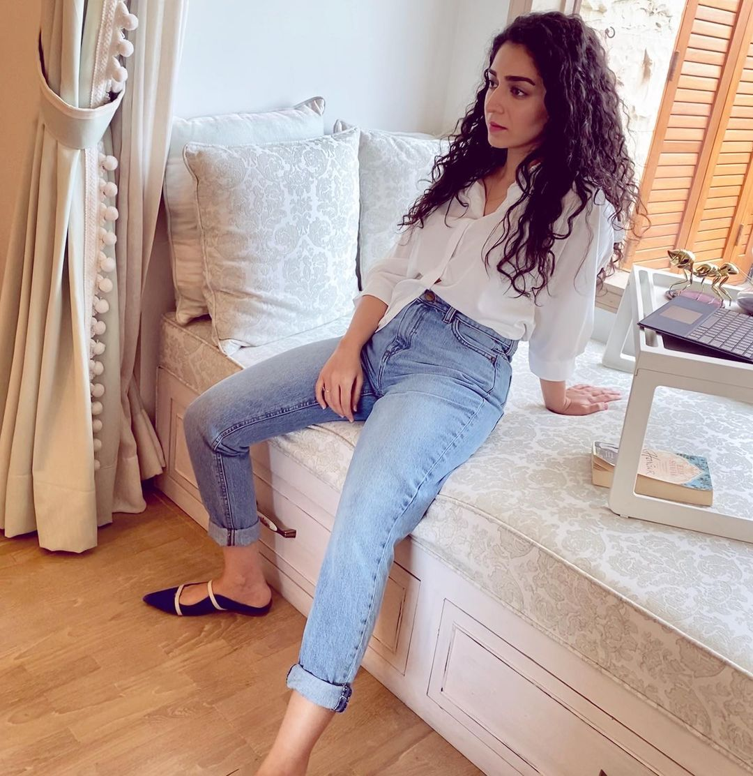 Actress Hajra Yamin Latest Beautiful Photos from her Instagram