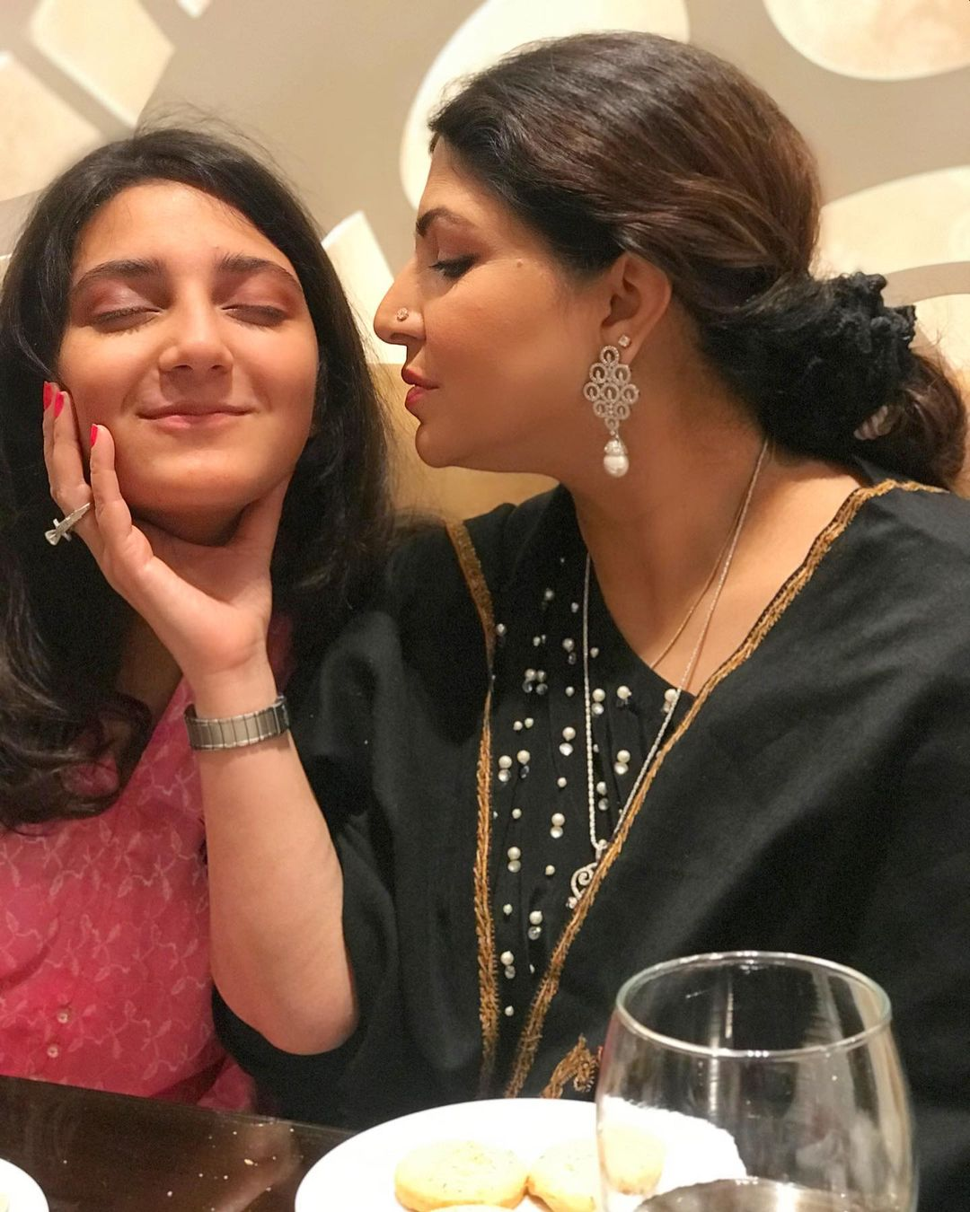 Actress Shagufta Ijaz with her Daughters - Latest Pictures
