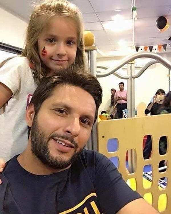 Shahid Afridi New Pictures With her Youngest Daughter Arwa