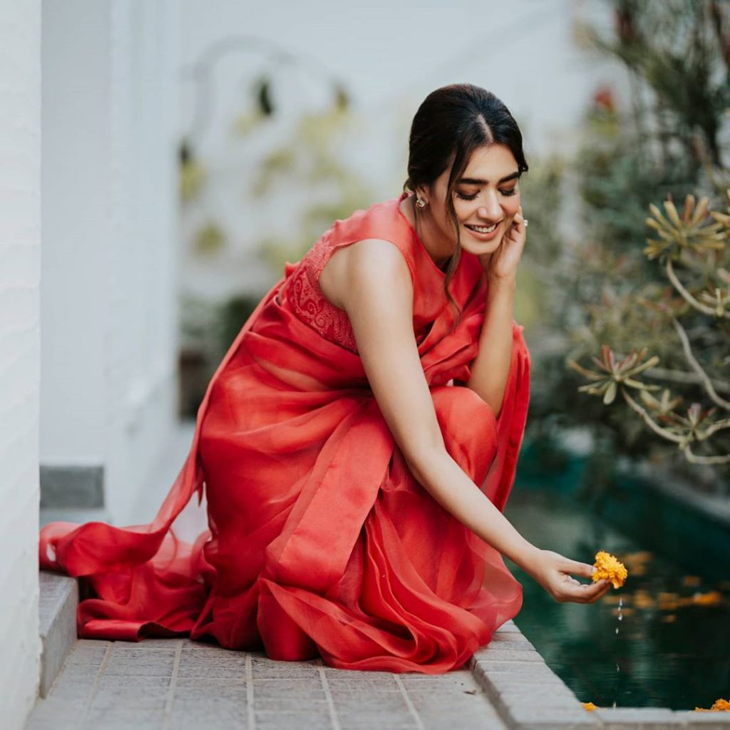 Mansha Pasha Oozes Elegance And Grace In Saree