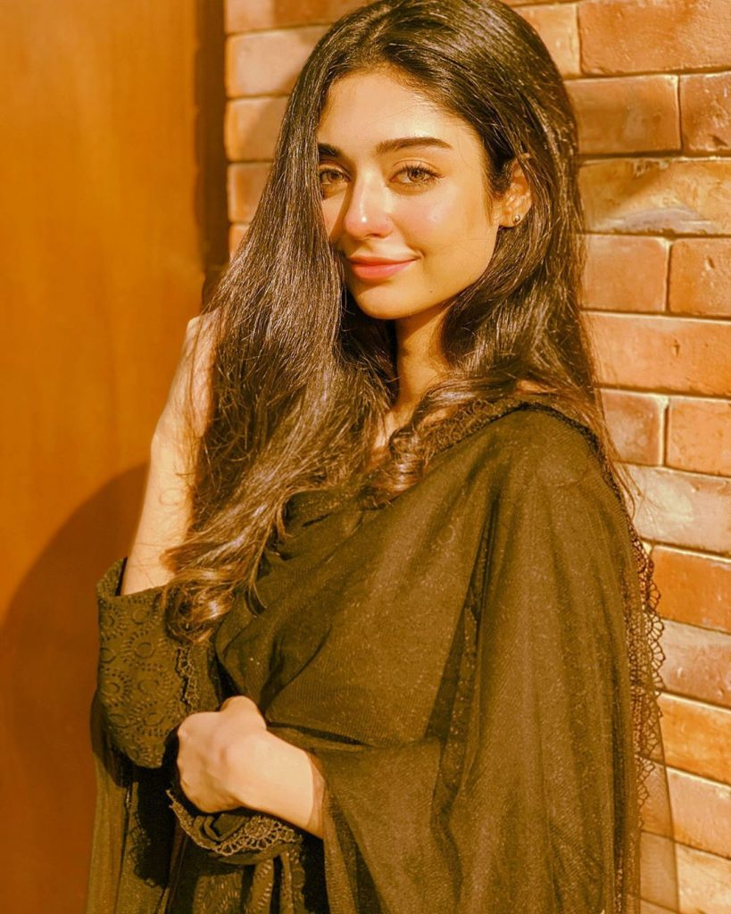 Look Alike Pictures of Noor Zafar Khan Where She Resembles Sarah Khan A lot