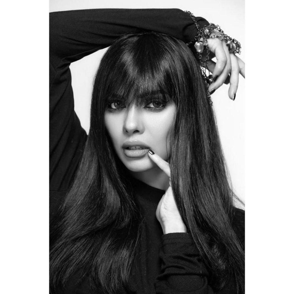 Exclusive Make-up Poses of Sara Loren