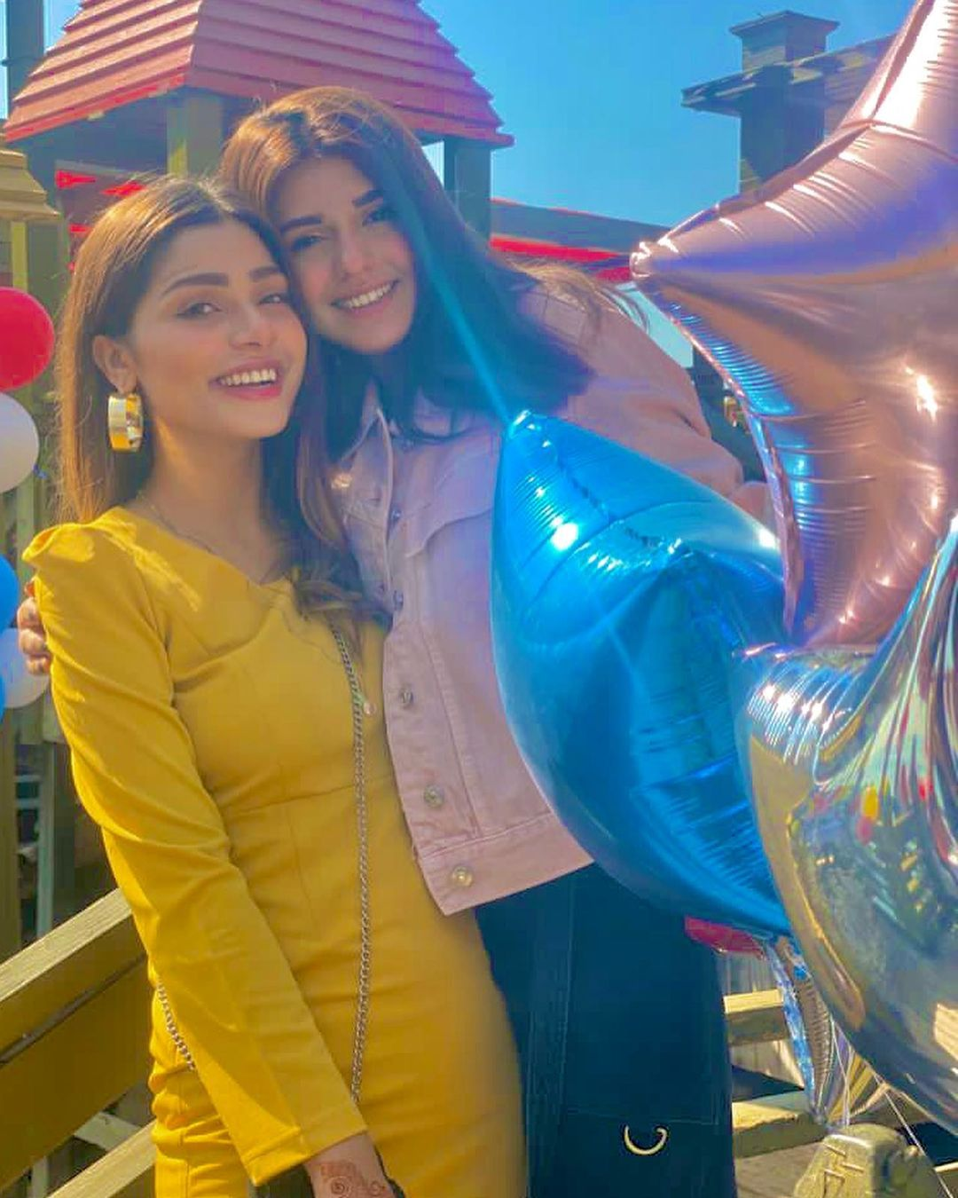 Actress Anumta Qureshi with her Friends - Beautiful Pictures