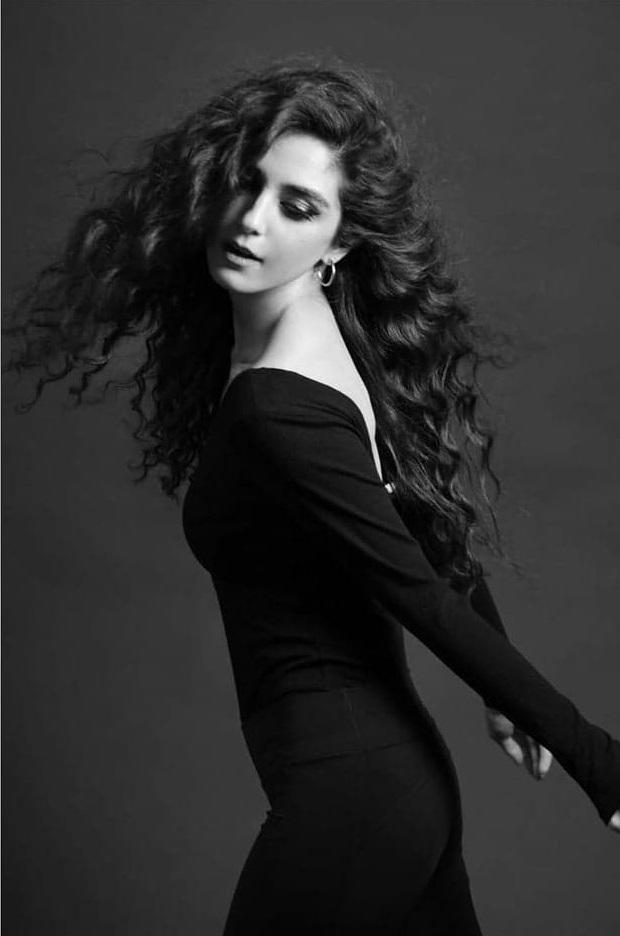 Awkward Poses Given By Pakistani Actresses