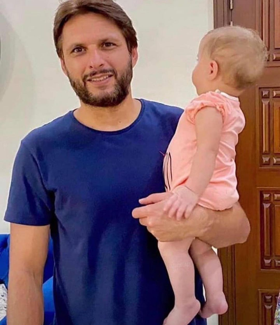 Beautiful Pictures of Shahid Afridi with his Daughter Arwa