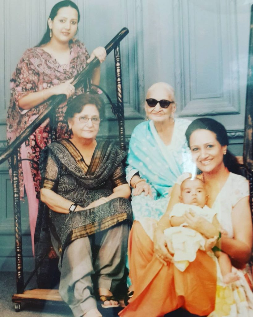 Memorable Pictures of Bushra Bashir With Her Mother