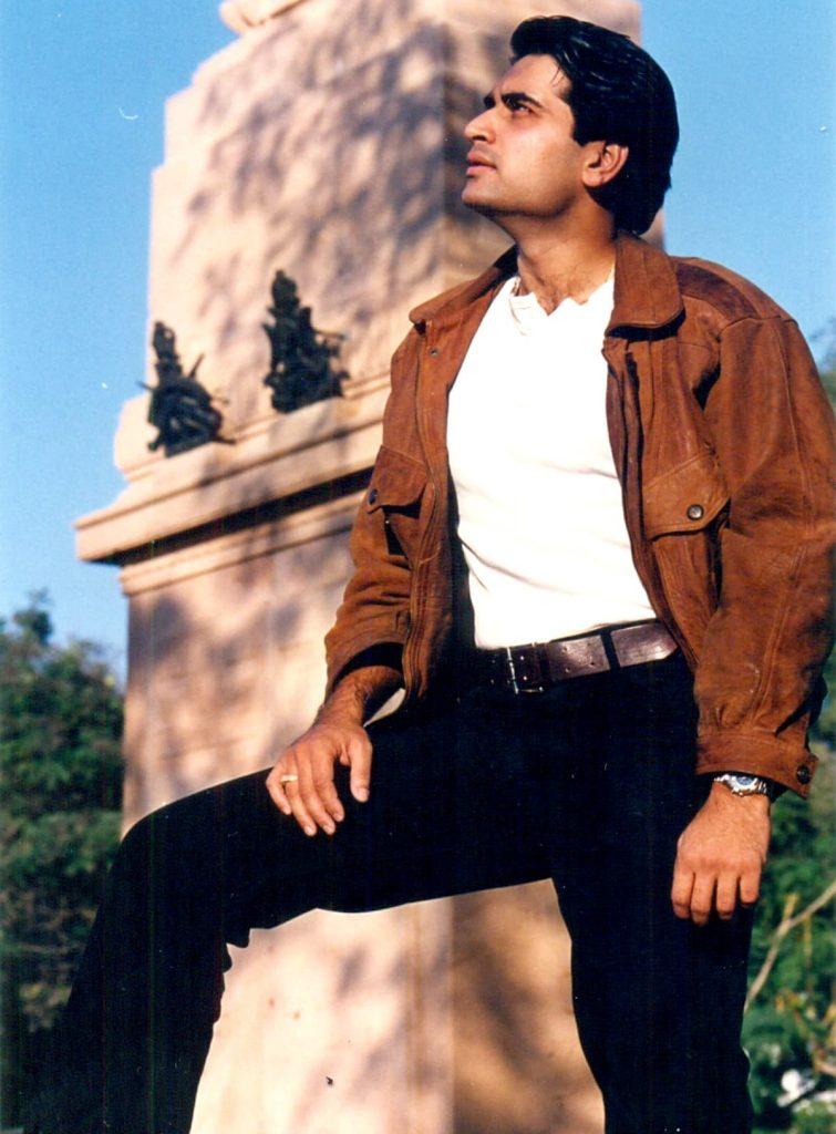 90 کی دہائی میں ہمارے پسندیدہ ہیرو کی طرح لگ رہے تھے