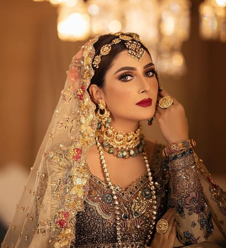 Ayeza Khan Left Her Fans Stunned With Her New Bridal Look