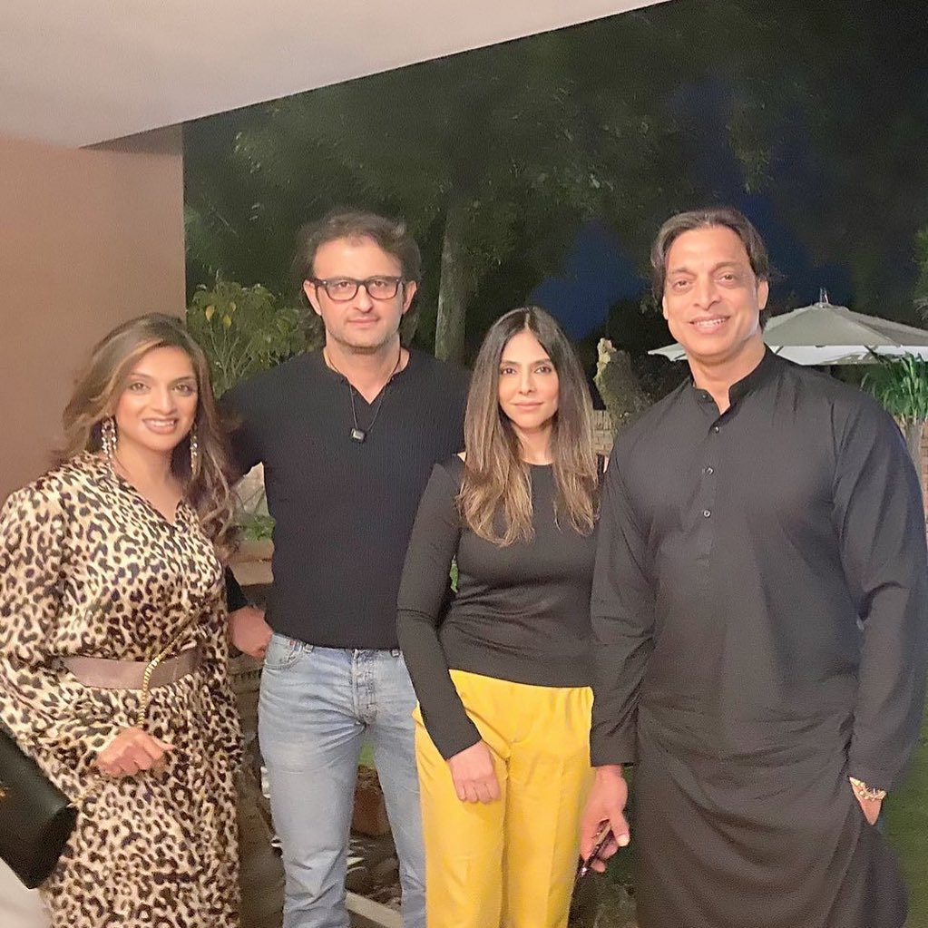 Former Cricketer Azhar Mehmood with his Family - Latest Pictures