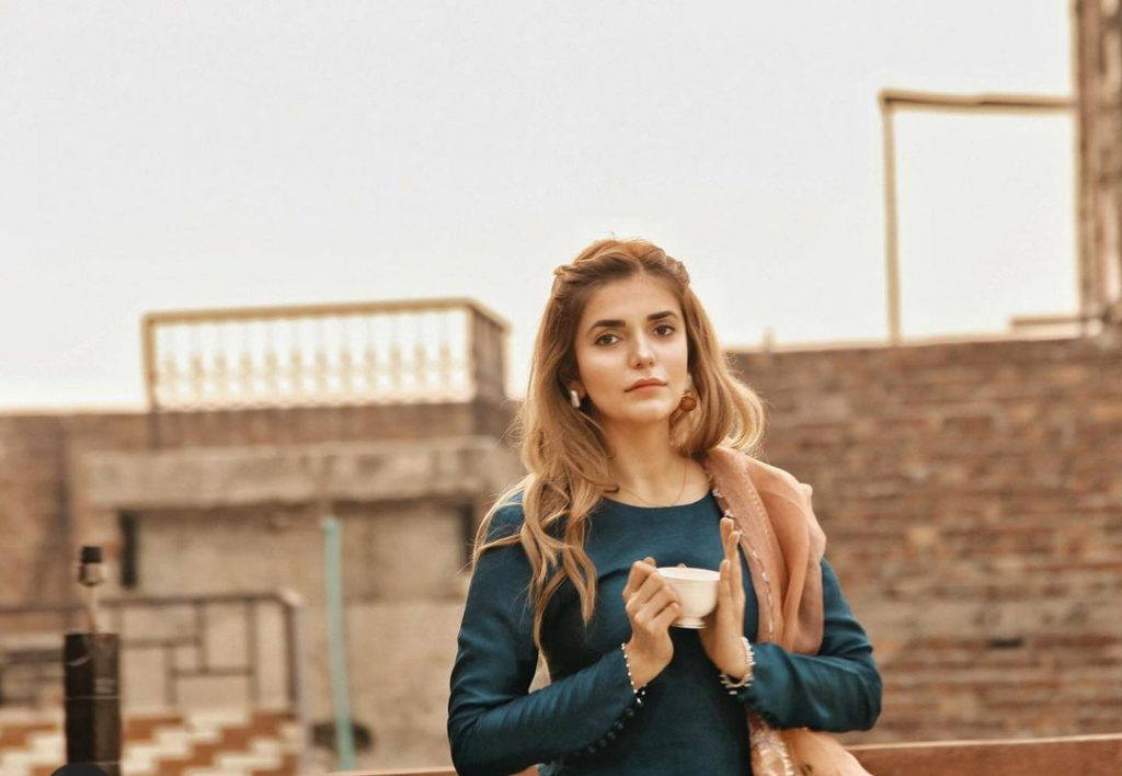 Fans Loved Decent Dressing of Momina Mustehsan