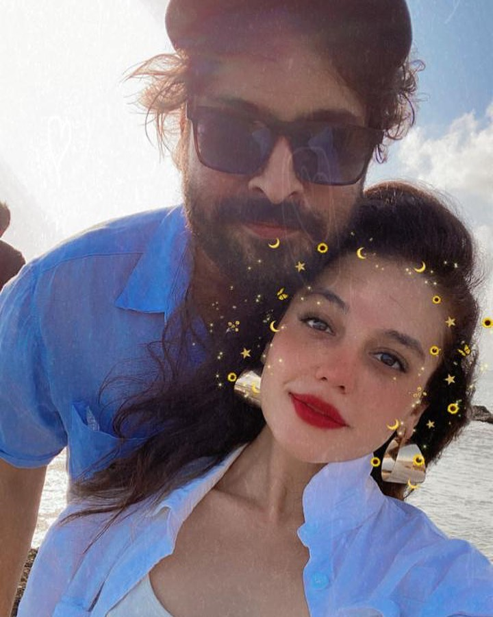 Public Bashed Zara Noor And Asad Siddiqui On Christmas Pictures