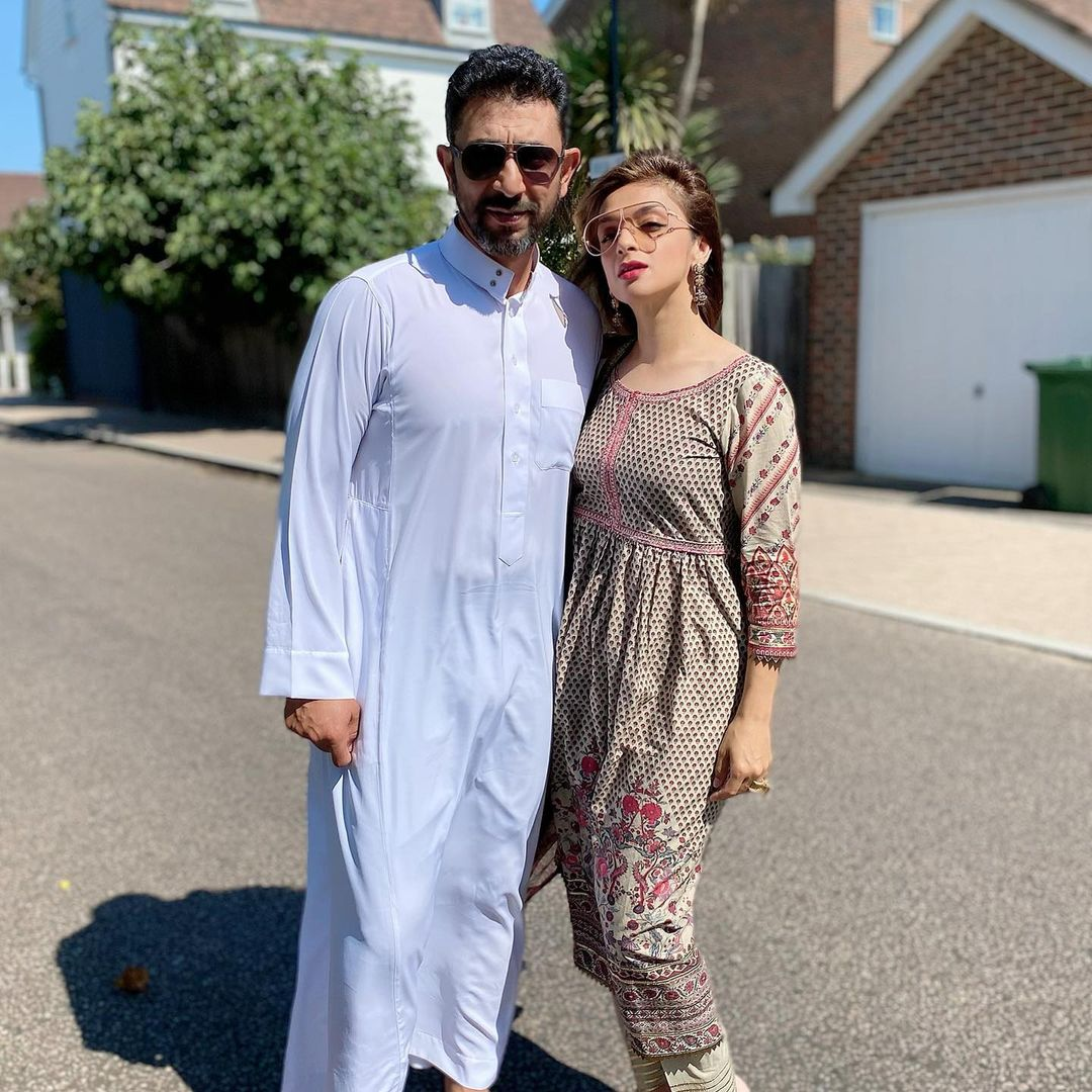 Shoaib Malik and Azhar Mehmood Spotted in Desert with Family