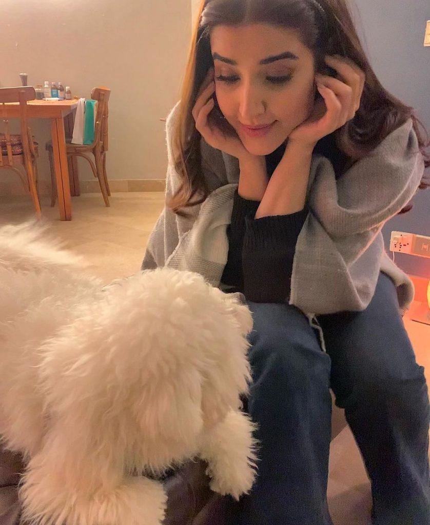 Beautiful Hareem Farooq Poses With Her Pet