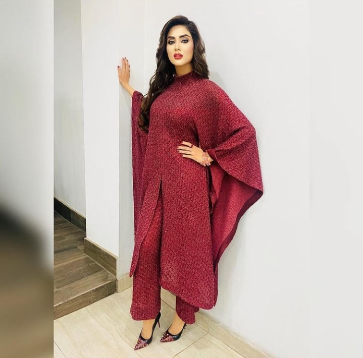 Fiza Ali Looks Chic In Long Turtle Neck Outfit