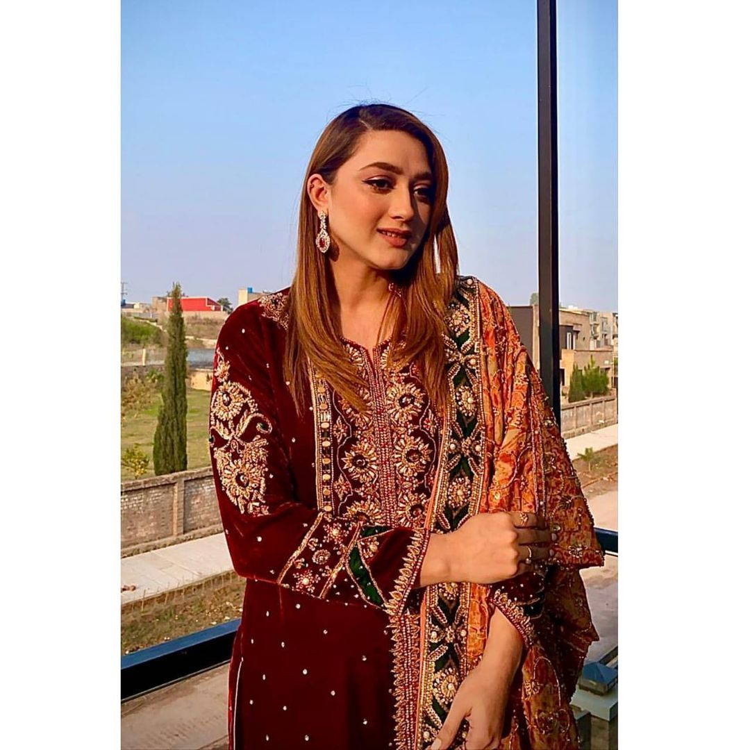 Latest Pictures of Beautiful Actress Momina Iqbal