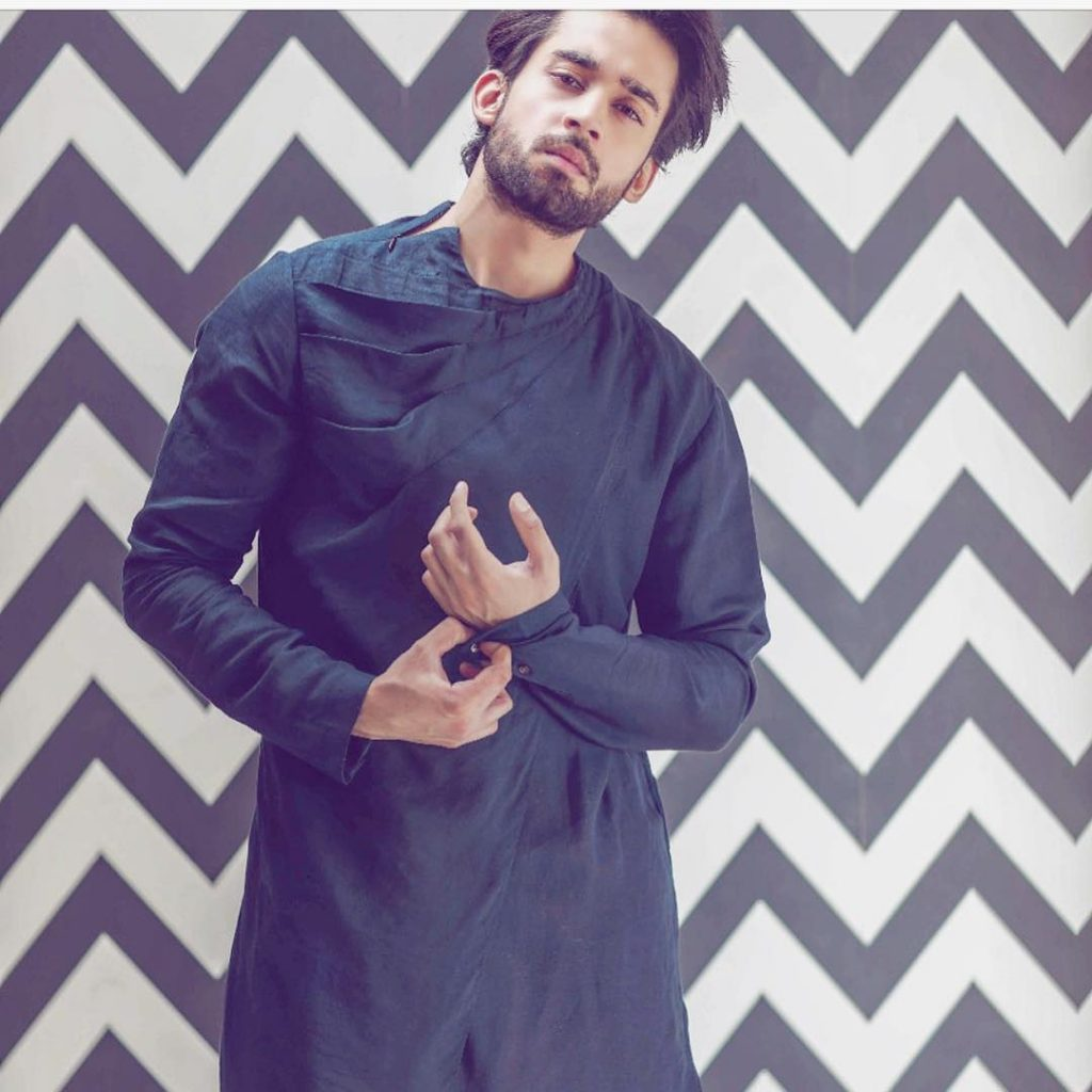 Imran Ashraf Lifts Up His Fellow Actor Bilal Abbas Khan