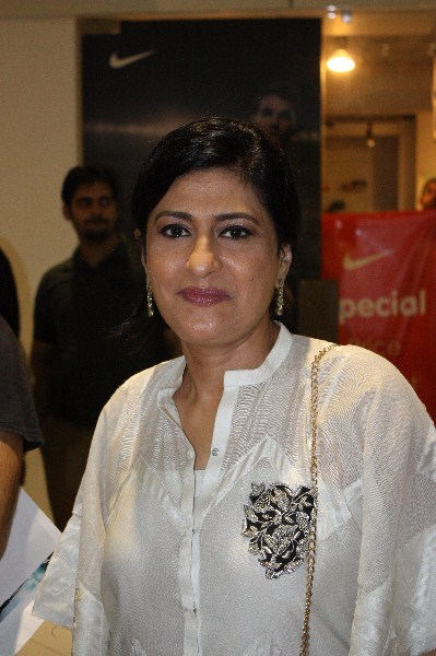 Saba Hameed Singing Song With Friends