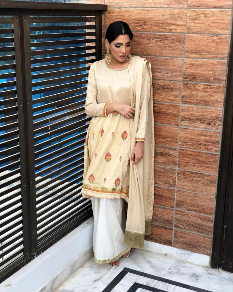 20 Pictures of Zhalay Sarhadi in Eastern Clothing