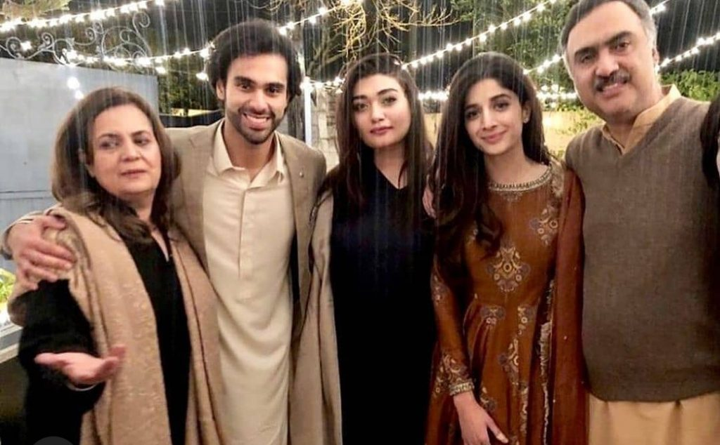 Mawra 's Picture With Ameer Gilani's Family Stirs Curiosity Among Fans