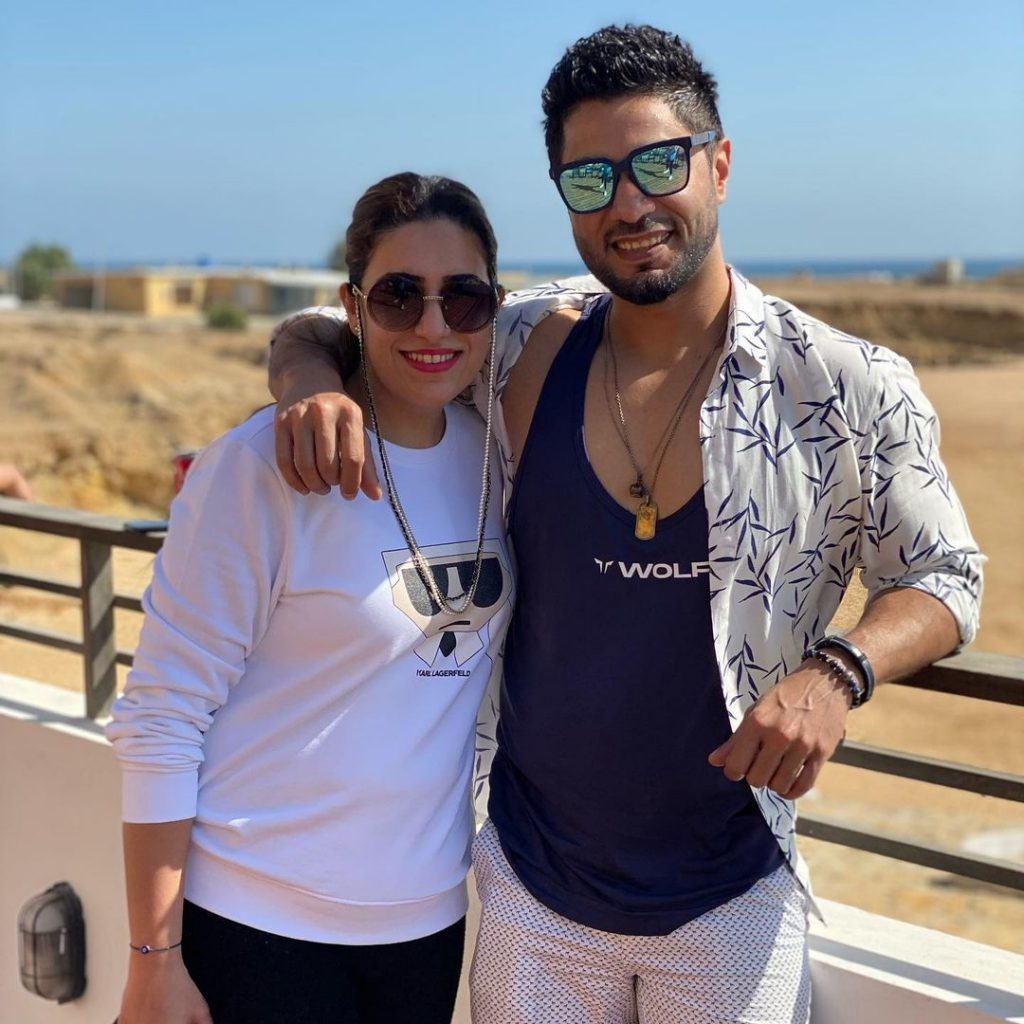 Hasan Rizvi Vacationing With Friends and Family At Beach