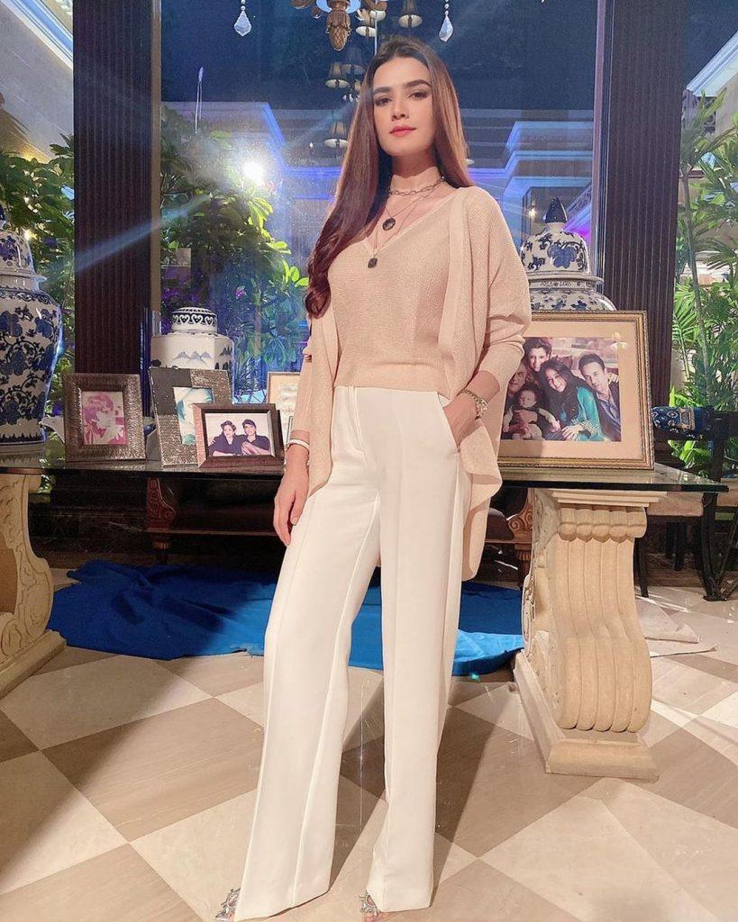 Kiran Haq Elegant Looks From Drama Fitoor