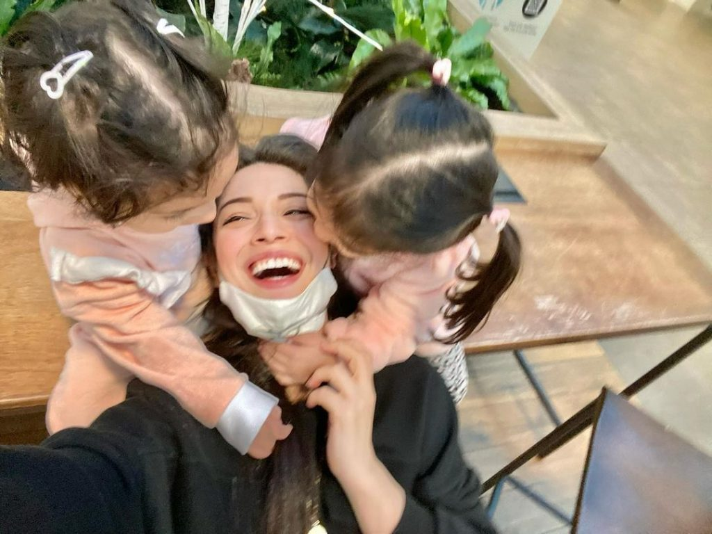 Sidra Batool's Latest Adorable Pictures With Daughters