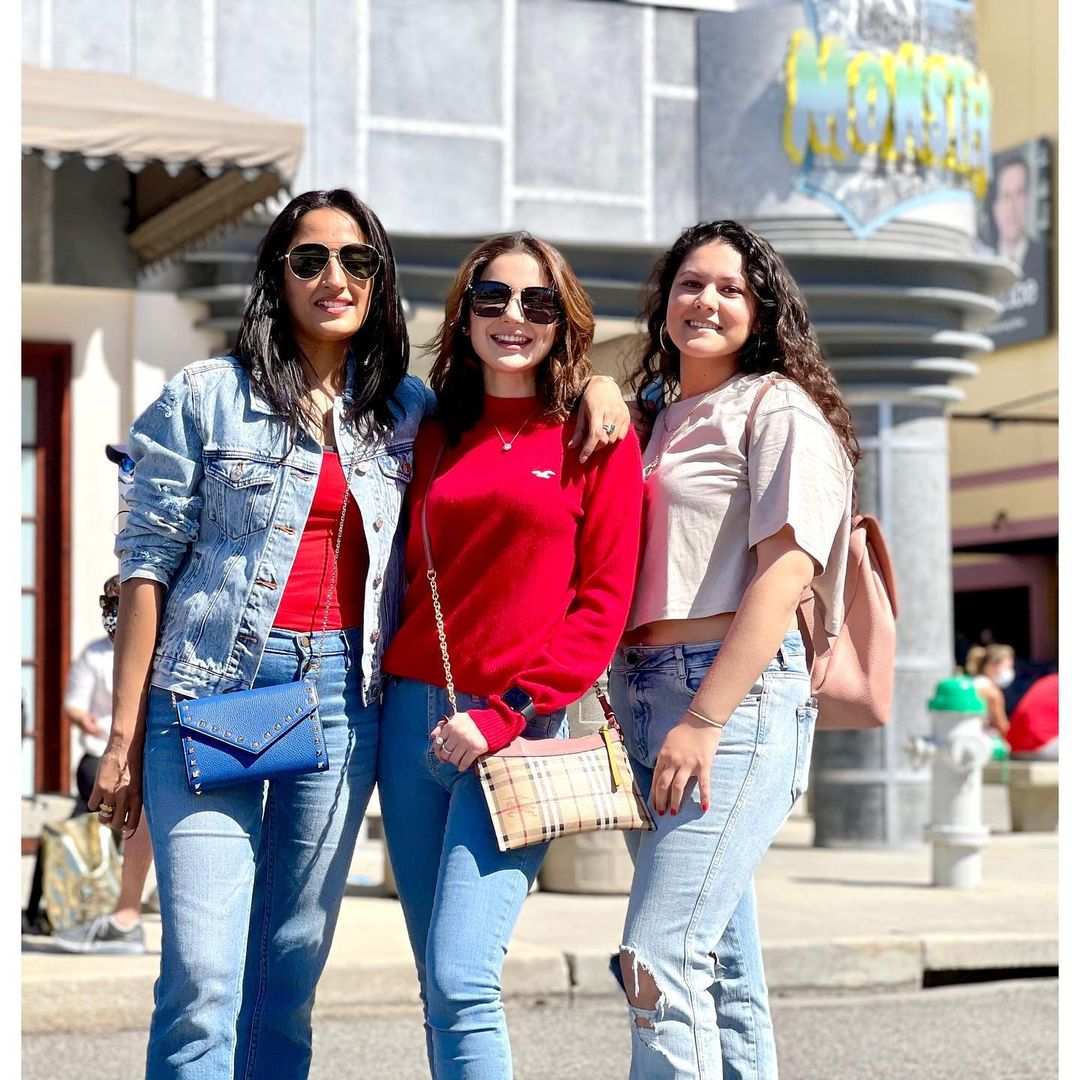 Beautiful Pictures of Hania Aamir with her Friend Maida in USA