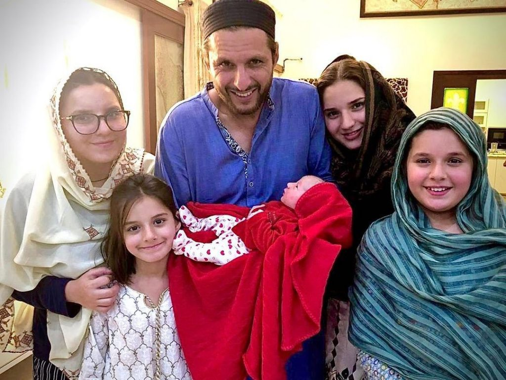 Shahid Afridi Spending Time With Daughter - Adorable Video