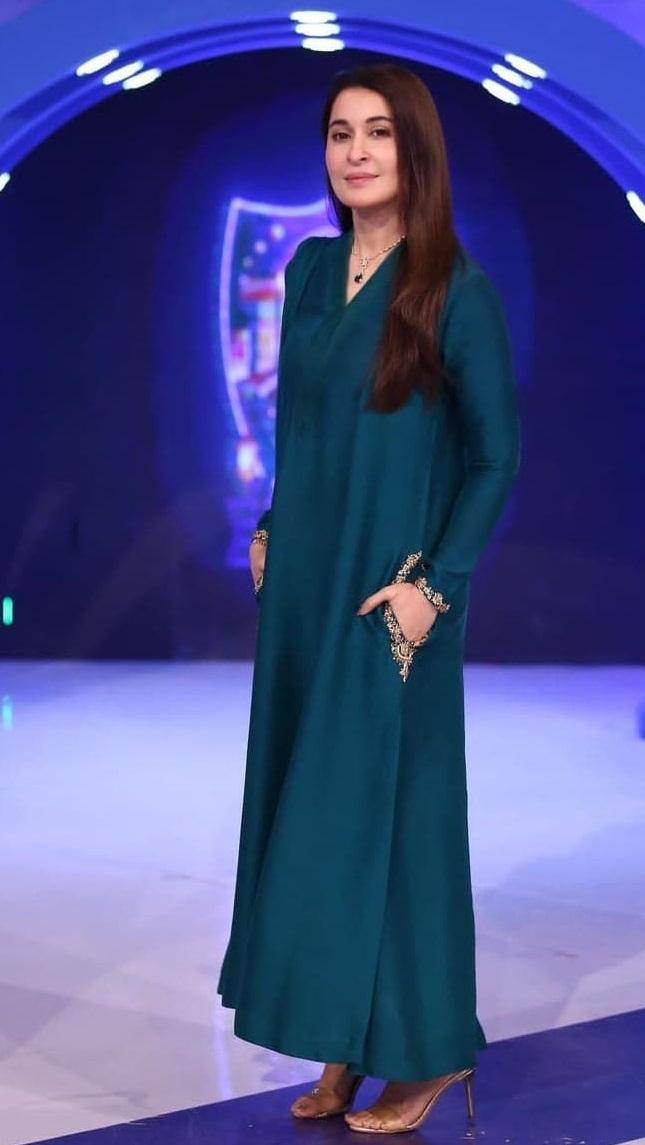 15 Beautiful Dresses Worn By Pakistani Actresses This Ramzan