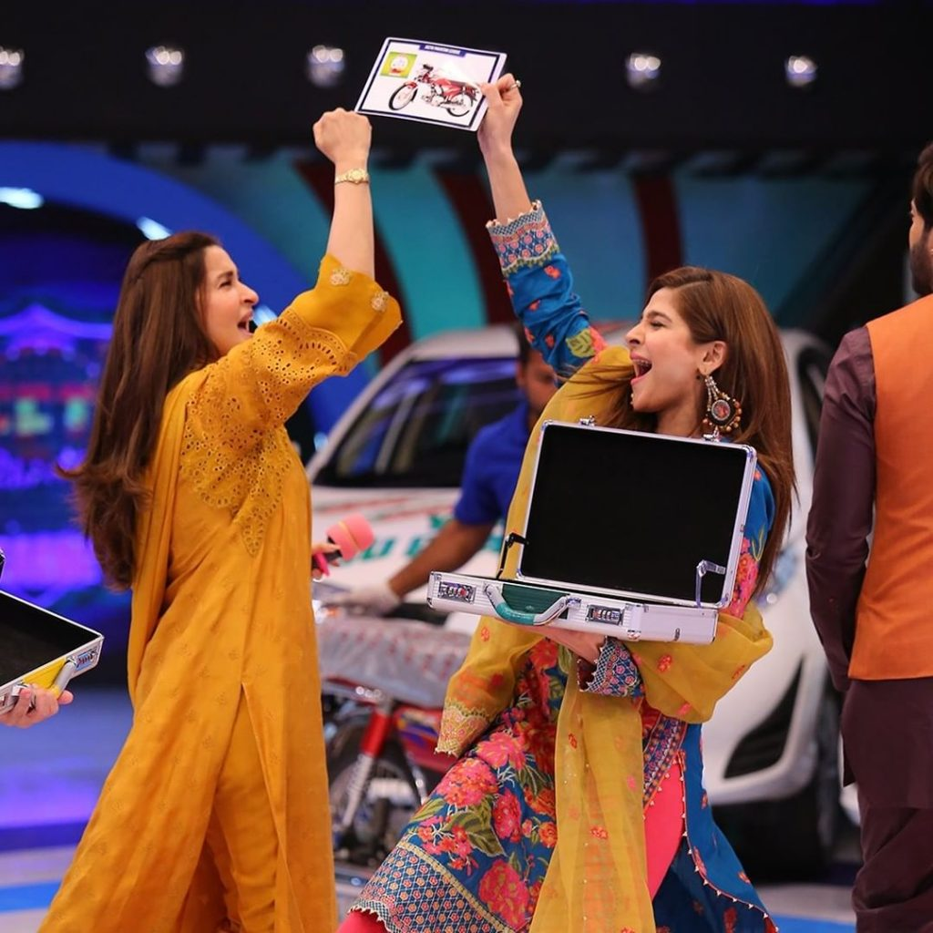 Candid Shots Of Ayesha Omer And Ahmed Ali Butt From The Set Of JPL