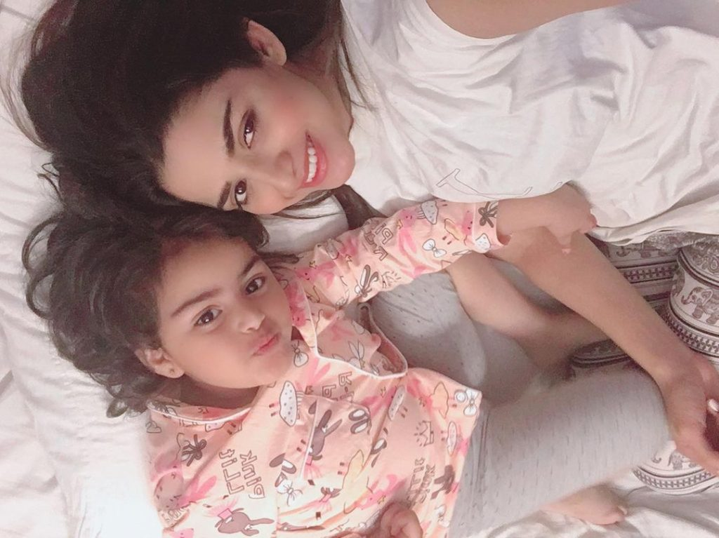 Chupke Chupke Famed Hira Soomro Beautiful Pictures With Her Daughter