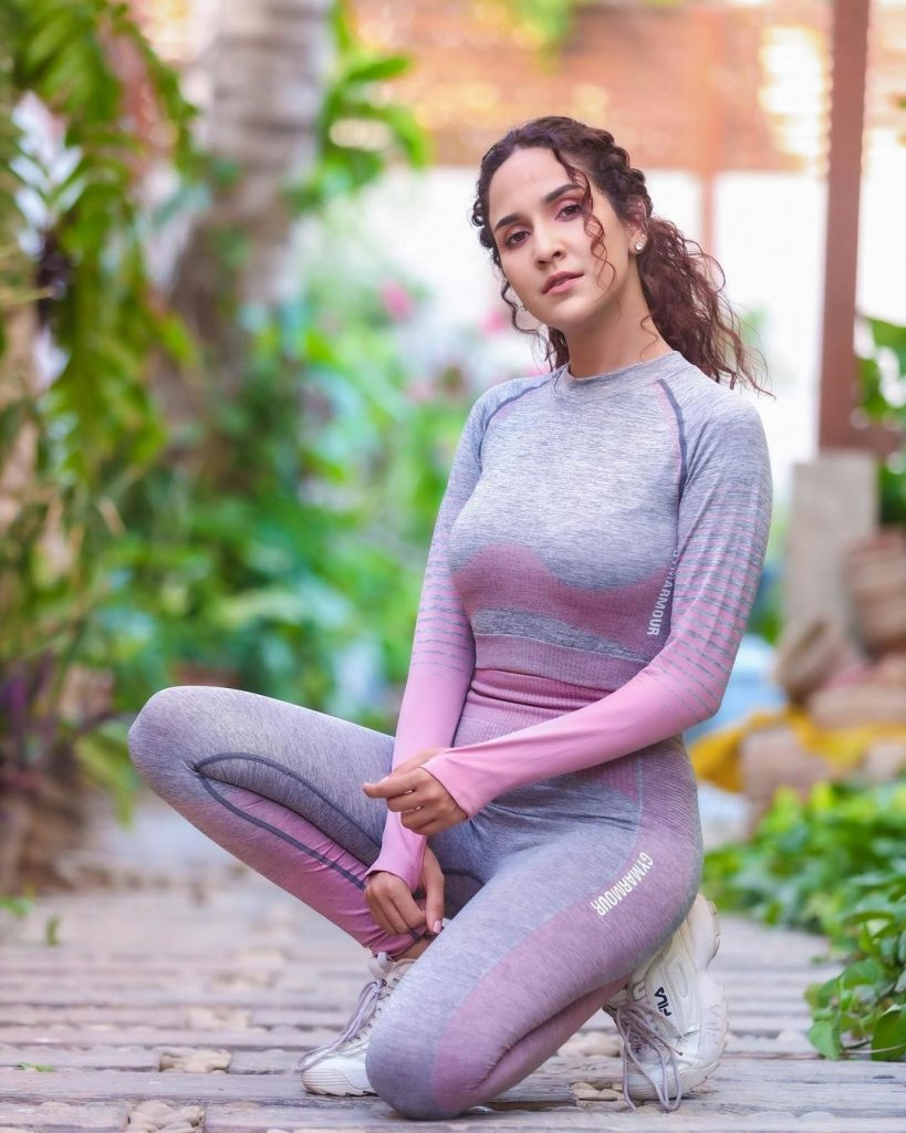 Netizens Criticise Anoushay Abbasi On Her New Pictures In Gym Wear