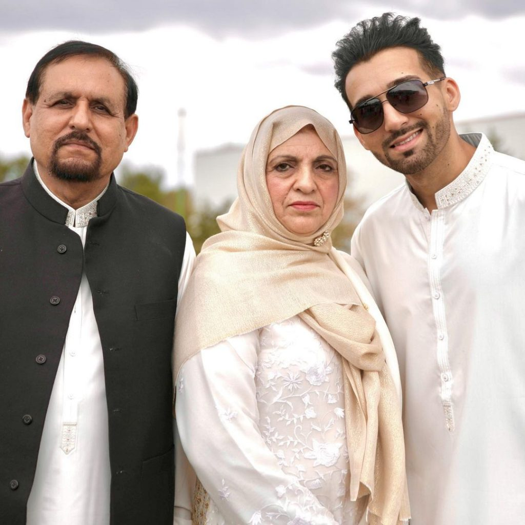 Unseen Eid Pictures Of Sham Idrees With His Family
