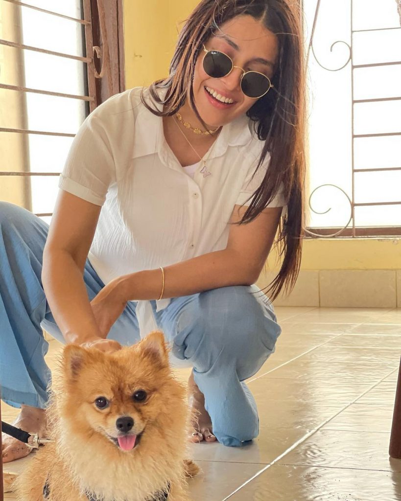 Ayeza Khan Spending Time With Children At Beach