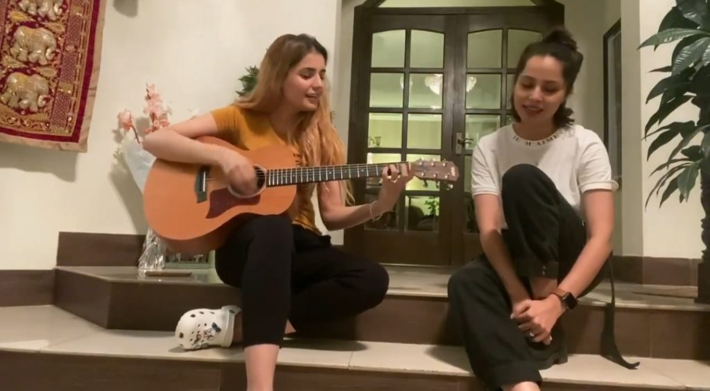 Nimra Khan And Momina Mustehsan Singing Famous Bollywood Song