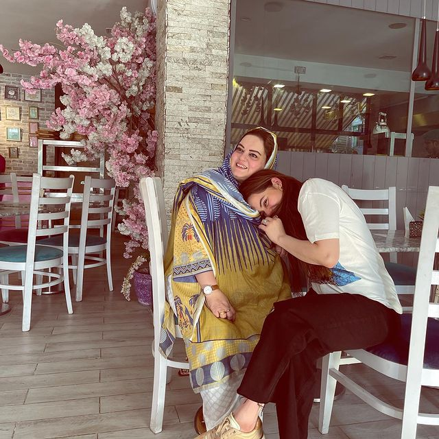Aiman And Minal Khan Posted Adorable Wishes On Their Mother's Birthday