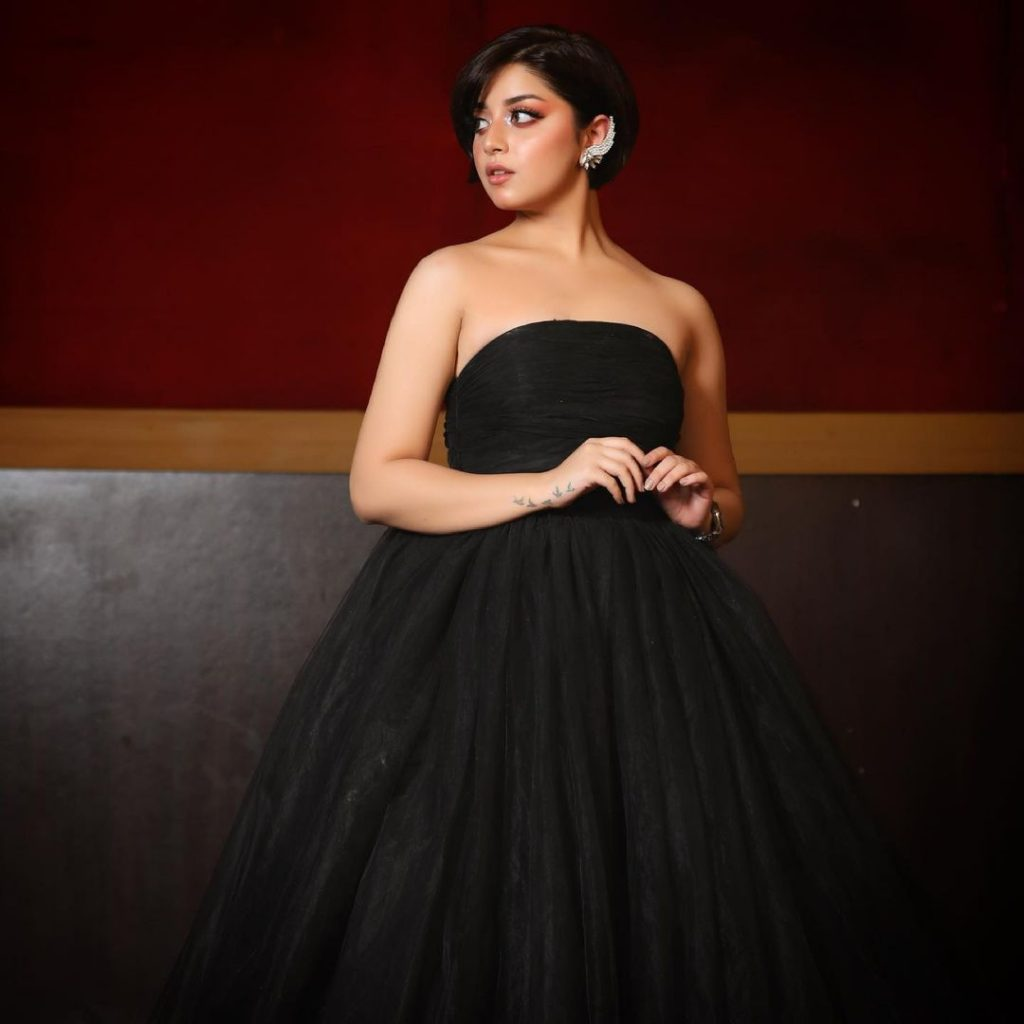 Beautiful Family Portraits Of Alizeh Shah From Hum Style Awards